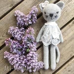 unikatowe maskotki szydełko kotka kicia w koronkowej sukience