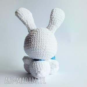 białe maskotki króliczek błękitek