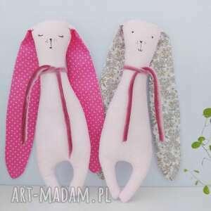 białe maskotki króliczek uszyty z tkanin bawełnianych, szalik