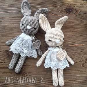 białe maskotki baby shower królisia monika - brązowy króiczek