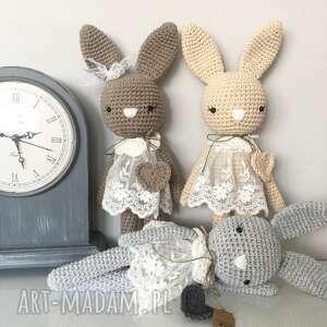 szare maskotki baby shower królisia monika - beżowy króliczek