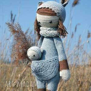 szare maskotki szydełko piękna szydełkowa lala z bobaskiem