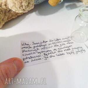 szare maskotki miś pluszowy w spodenkach list