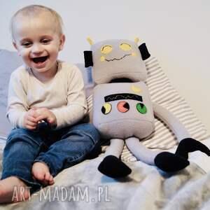 chłopiec maskotki przytulanka robot bartek