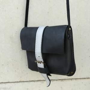 mała torebka prosta efektowna czarna