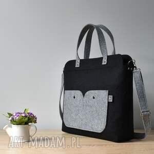 szare laptop elegancka czarna filcowa torebka