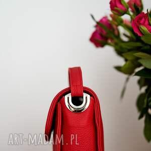na ramię torba czerwona skórzana listonoszka, o przewrotnej