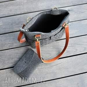 na ramię: Grafitowa torebka z filcu - skórzane rączki - ażur ażurowa