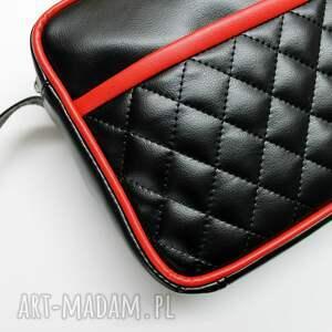 na ramię: Mała torba miejska - czarna i wstawki czerwone - nowoczesna elegancka