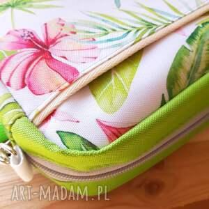 mała torebka na ramię zielone mala w egzotyczne kwiaty