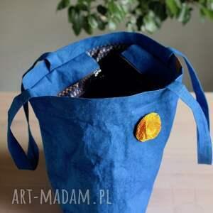 na ramię torba z washpapy chabrowa z zamkiem