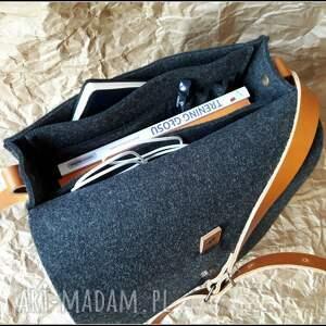 brązowe na ramię filcowa torebka z aplikacja lub bez