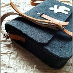torebka na ramię czarne filcowa z aplikacja lub bez