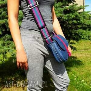 na ramię modna dżinsowa torebka z klapką posiada modny szeroki