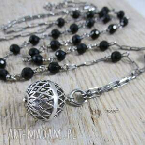 modne naszyjniki srebro ażurowa kula z onyksem