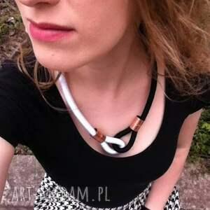białe naszyjniki modny black&white