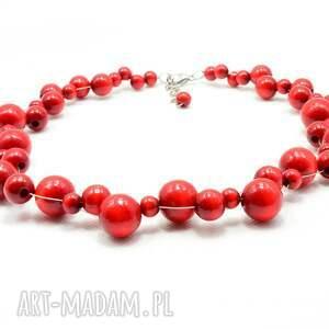 naszyjniki: czerwone korale, naszyjnik z kulek drewnianych