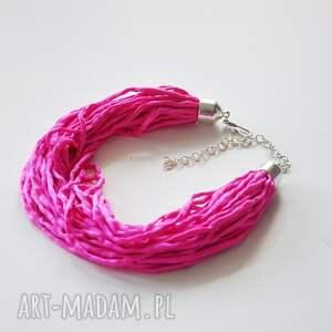 Malowany Jedwab naszyjniki: Jedwabny naszyjnik - ostry róż - materiałowynaszyjnik ręczniemalowany