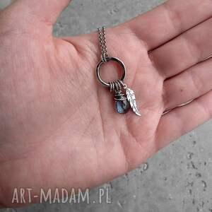 srebrne naszyjniki piórko kropleka z piórkiem- srebro i kwarc