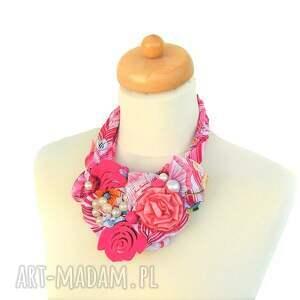 różowe naszyjniki naszyjnik kwiaty we włosach