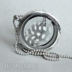 srebrne naszyjniki sekretnik medalion z piórkiem