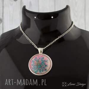 modne naszyjniki medalion z prawdziwym kwiatem