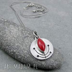 intrygujące naszyjniki folk monetka z czerwonym pąkiem