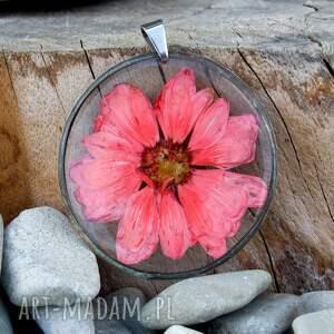 naszyjnik-z-żywicy naszyjniki różowe naszyjnik z margerytką biżuteria