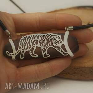 oryginalne naszyjniki natura przyczajony tygrys