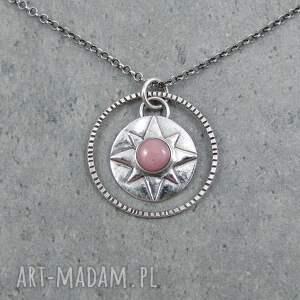 medalion talizman podróżnika w kształcie róży