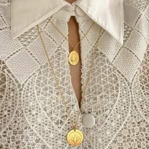 niebanalne naszyjniki kwiat złoty medalion z lotosem