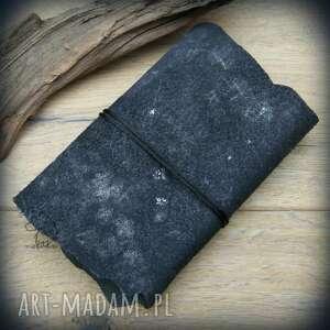 czarne notesy zeszyt gwizdny w skórzanej okładce