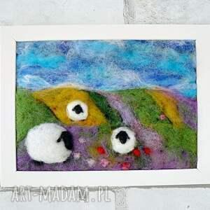 fioletowe obrazy owieczka na letniej łące. Obraz z kolekcji