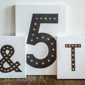 białe obrazy litera świecąca dekoracja lampa