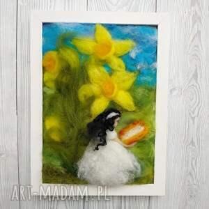 niesztampowe obrazy malowane-wełną zaczytana wśród narcyzów. Wiosenny