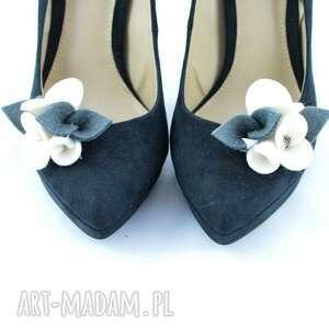 białe ozdoby do butów filc filcowe przypinki do