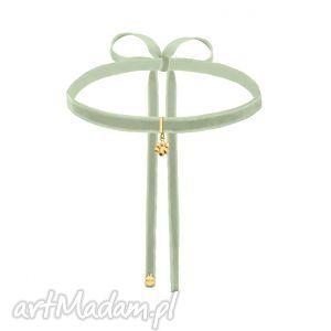 handmade naszyjniki seledynowo-szary aksamitny choker ze złotą łapką