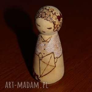 latawcowa laleczka - ręcznie wypalana kokeshi - minimalizm, pirografia