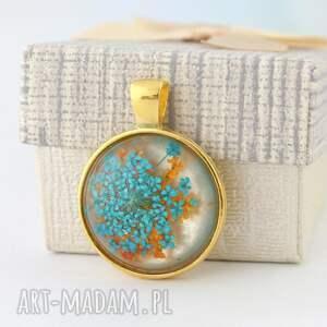 Prezent Medalion z zatopionym kwiatem w żywicy, medalion, wisiorek, prawdziwy-kwiat