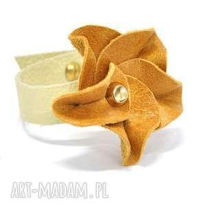 bransoletki b25-02gl kremowa bransoletka ze skóry z małą różą przymocowaną ozdobnym