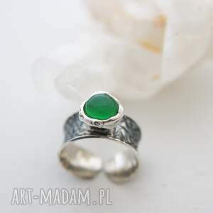 srebrny pierścionek gnieciony z zielonym kamieniem, regulowany