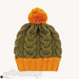 czapka khaki ze złotym pomponem - czapka, pompon, warkocze, dziergane, krótka