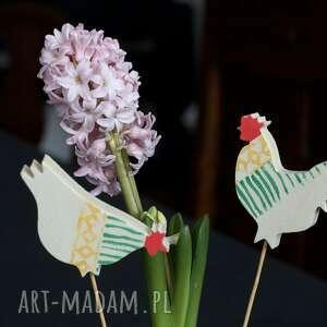 dekoracje ozdoba wiosenna z derewna koguty i kury zielone paski