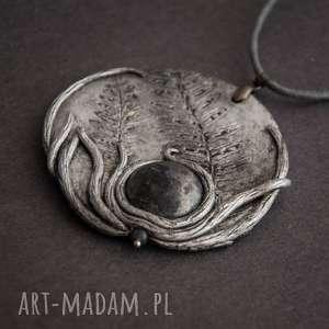 Wisior medalion z odciskiem paproci i ceramicznym kaboszonem, wisior, naszyjnik