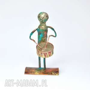 blaszany bębenek figurka z miedzi, mosiądzu i alpaki, figurka