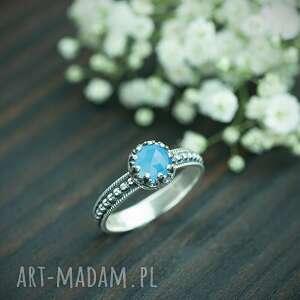 srebrny pierścionek retro z błękitnym chalcedonem