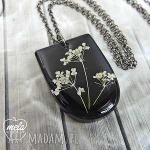hand made wisiorki 0668/mela wisiorek z żywicy kwiatami - czarny