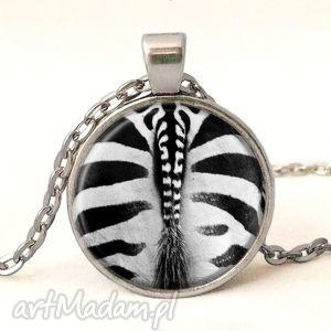 handmade naszyjniki zebra - medalion z łańcuszkiem