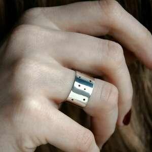 srebrny minimalistyczny pierścionek z dziurkami
