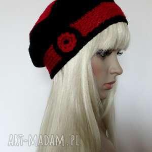 Czarno-czerwony beret z kwiatkiem, beret, kwiat, paski, ozdobny, zimowy, ciepły